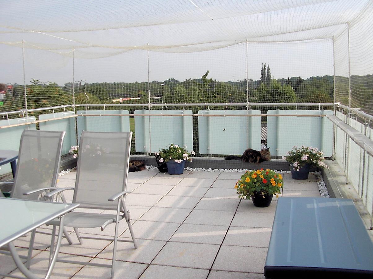balkon mit katzennetz. Black Bedroom Furniture Sets. Home Design Ideas
